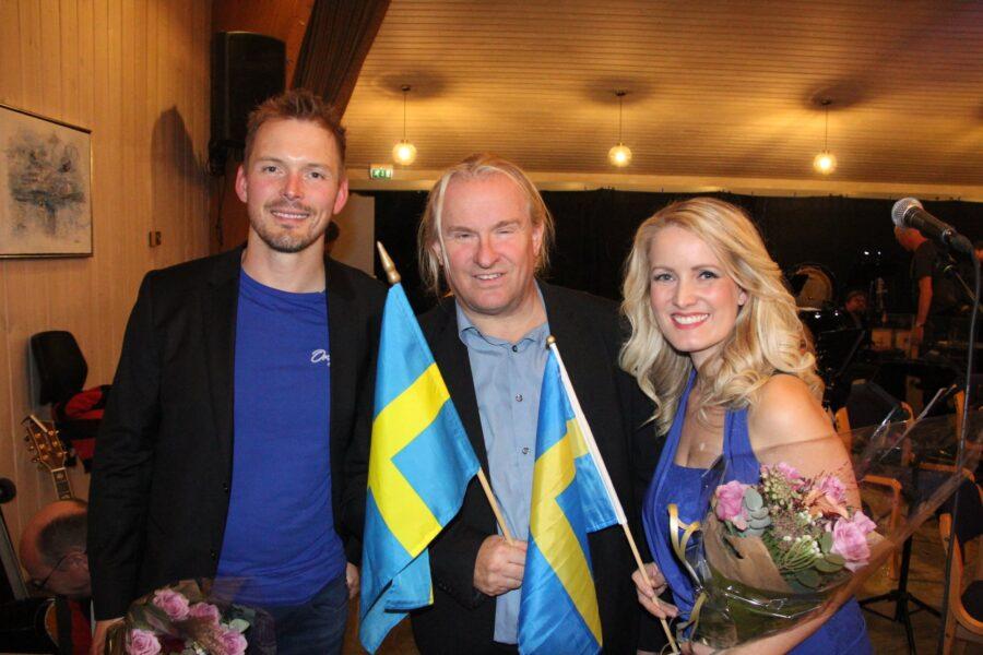 Dirigent Geir Holm (i midten) med solistene Sindre Dybvikstrand og Maria Mohn er fornøyde etter konserten! FOTO: Tore Steinar Pettersen.