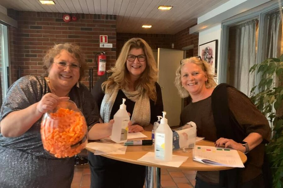 Heidi, Laila og Berit har full kontroll på både billetter, smittevern og hørsel! FOTO: Vigdis Johansen.